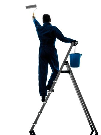 hombre pintando: un hombre caucásico casa pintor trabajador silueta en estudio en el fondo blanco