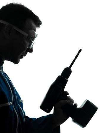 taladro: un hombre cauc�sico trabajador de la construcci�n que sostiene silueta taladro en estudio en el fondo blanco