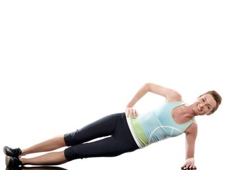 caucasico: mujer sobre abdominales postura entrenamiento en el fondo blanco Foto de archivo