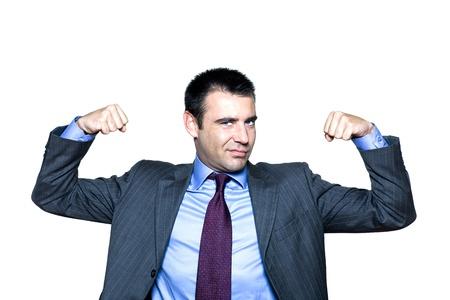 arrogancia: Retrato de un hombre expresivo flexionando los músculos en estudio sobre fondo blanco aislado
