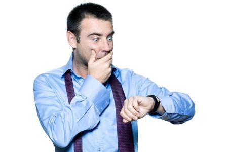 levantandose: Retrato de un hombre de negocios expresivo tarde al trabajo, mirando su reloj en el fondo blanco aislado