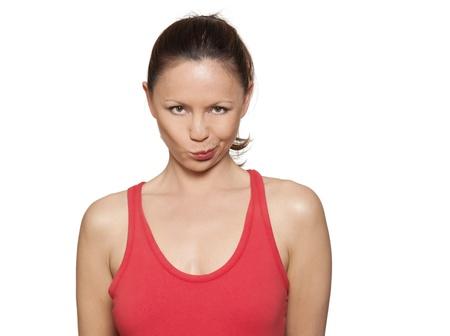 desconfianza: Retrato de mujer hermosa travesura fruncir los labios en el estudio aislado sobre fondo blanco