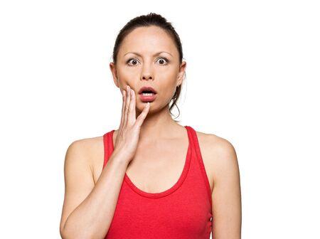 occhi sbarrati: Ritratto di donna sorpresa espressiva con gli occhi spalancati in studio isolato su sfondo bianco