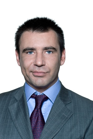 desconfianza: Retrato de hombre con desconfianza expresi�n disgustada en estudio en el fondo blanco aislado