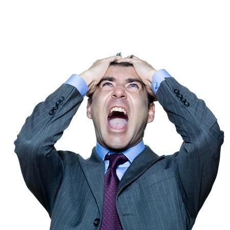 desperate: Closeup retrato de un hombre maduro expresivo enojado gritando en el estudio aislado sobre fondo blanco
