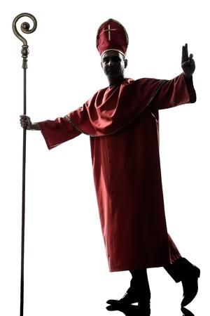 sacerdote: un hombre cardenal obispo bendición silueta saludando en el estudio aislado sobre fondo blanco
