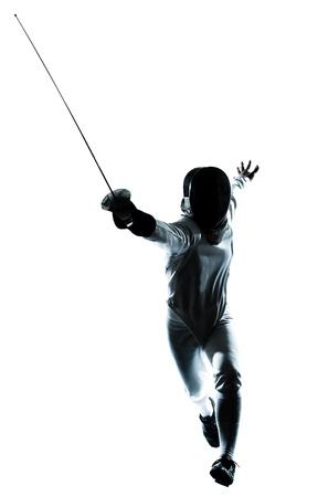 esgrima: una silueta esgrima hombre en el estudio aislado sobre fondo blanco