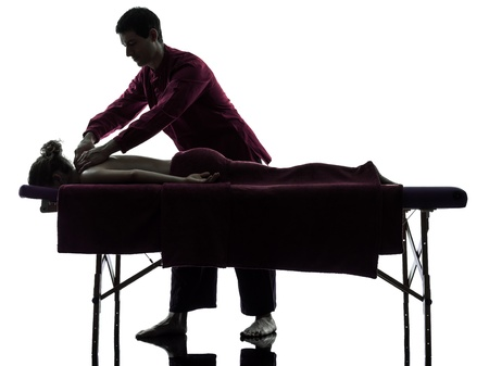 back of woman: mujer hombre masaje de espalda en el estudio de la silueta en el fondo blanco Foto de archivo