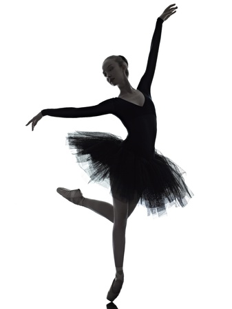 bailarina de ballet: una mujer caucásica joven bailarina de ballet bailarina bailando con tutú en el estudio de la silueta en el fondo blanco Foto de archivo