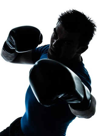 boxeadora: un hombre cauc�sico ejercicio de boxeo boxeador entrenamiento de la aptitud en el estudio de la silueta aislado en el fondo blanco