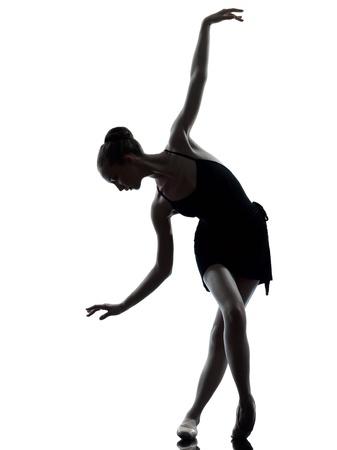 한 백인 젊은 여자 발레리나 발레 댄서 흰색 배경에 실루엣 스튜디오에서 워밍업 스트레칭