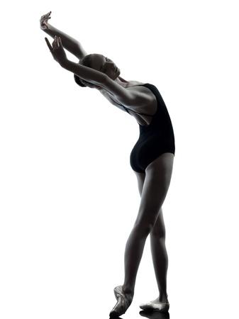 bailarina ballet: una mujer cauc�sica joven bailarina de ballet bailarina estiramiento de calentamiento en el estudio de la silueta en el fondo blanco