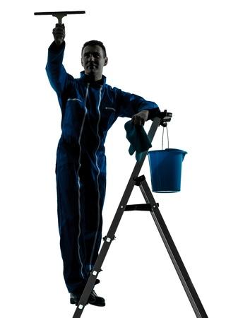 personal de limpieza: un hombre cauc�sico limpiacristales trabajador silueta en estudio en el fondo blanco