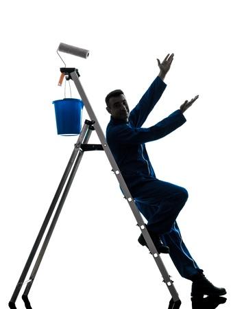 pintor de casas: un hombre caucásico casa pintor trabajador silueta en estudio en el fondo blanco