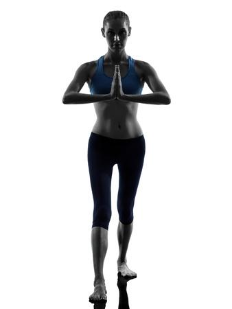 manos unidas: una mujer caucásica ejercicio de yoga en posición de guerrero estudio silueta aislados sobre fondo blanco