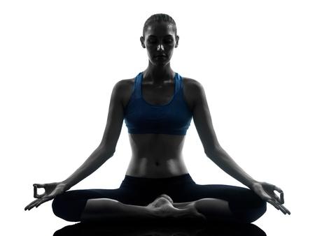 mujer meditando: una mujer cauc�sica ejercicio de meditaci�n de yoga en estudio silueta aislados sobre fondo blanco Foto de archivo