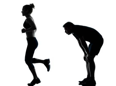 agotado: una mujer hombre pareja ejercicio entrenamiento de la aptitud aer�bica silueta postura de cuerpo entero en el estudio aislado en el fondo blanco Foto de archivo