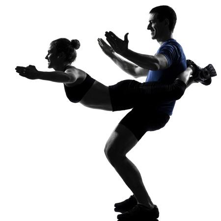 acrobacia: mujer hombre pareja entrenamiento ejercicio de la aptitud aeróbica en el estudio de la postura silueta aislados sobre fondo blanco