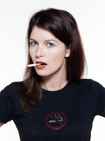 girl smoking: estudio de retrato de una bella mujer en aislados sobre fondo blanco concepto de adicci�n de fumar Foto de archivo