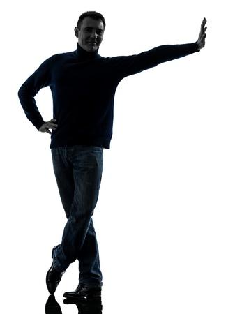 silueta hombre: un hombre causasian inclin�ndose sonriente de larga duraci�n encuentra en estudio silueta aislados sobre fondo blanco