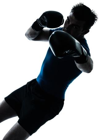 guantes de boxeo: un hombre cauc�sico ejercicio de boxeo boxeador entrenamiento de la aptitud en el estudio de la silueta aislado en el fondo blanco