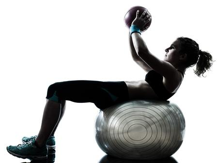 mujer cuerpo completo: una mujer cauc�sica ejercicio f�sico postura entrenamiento pelota en el estudio de la silueta aislado en el fondo blanco