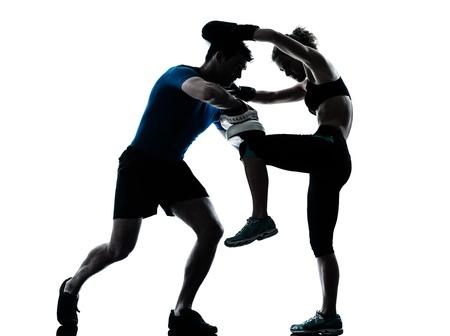 hombres haciendo ejercicio: un hombre cauc�sico joven mujer personal trainer entrenador de boxeo entrenamiento hombre mujer silueta estudio aislado sobre fondo blanco