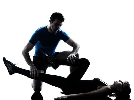 成熟した女性のシルエット スタジオ白い背景で隔離のフィットネス トレーニングの運動と白人のエアロビクスの教官
