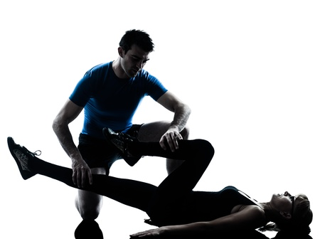 aide à la personne: instructeur d'aérobic, caucasien, femme mûre exercice d'entraînement de remise en forme dans l'atelier de silhouette isolé sur fond blanc
