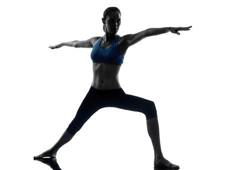 lunges: una mujer cauc�sica ejercicio de yoga en el estudio de la silueta aislado en el fondo blanco Foto de archivo
