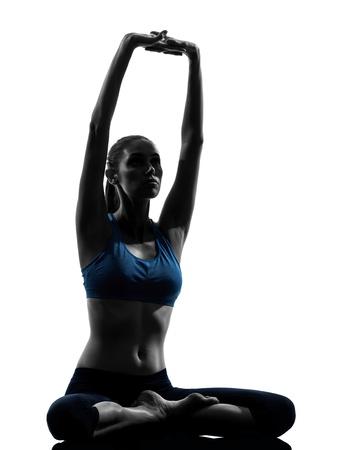 растягивание: один кавказских женщина осуществляет заседании йоги медитации растяжения в студии силуэт, изолированных на белом фоне