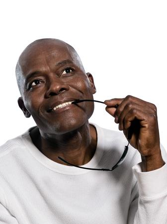 アフロアメリカン: 白い背景と分離スタジオで見上げる観想アフロ アメリカ人男性のクローズ アップ