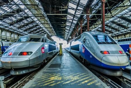 PARIGI, FRANCIA - 7 luglio TGV treno francese ad alta velocità nella stazione di gare de Lyon il 7 luglio 2006 a Parigi, Francia Editoriali