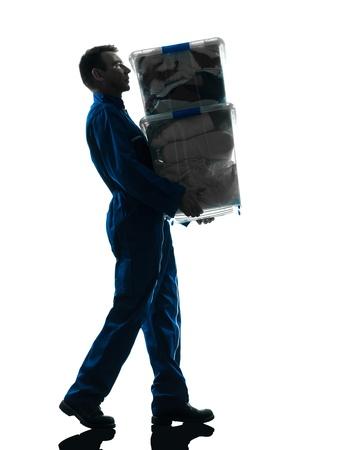 manejar: motor con cajas silueta silueta trabajador en estudio en el fondo blanco