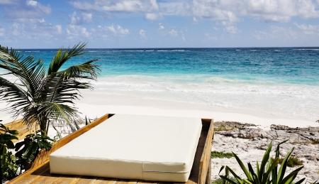 terrasse d'un cabanon avec vue sur la plage de sable blanc de tulum yucatan mexique en