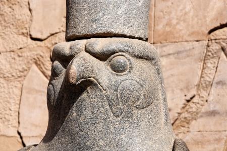 horus: estatua del dios Horus en su templo en Edfou en el Alto Egipto