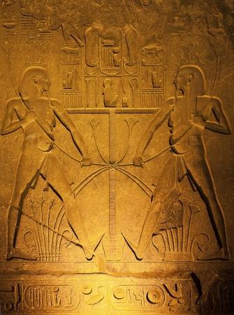 friso: friso del templo de Luxor de noche en el Alto Egipto Foto de archivo