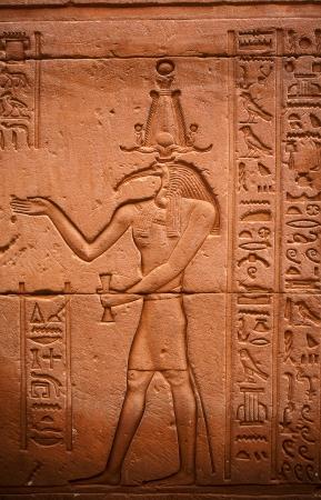 friso: friso de toth dios Horus en el templo en Edfou en el Alto Egipto