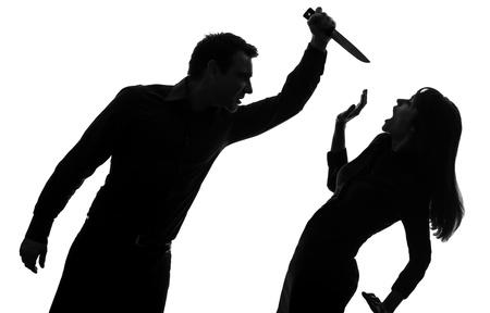 uccidere: uno caucasico uomo donna coppia uccidere con un coltello in studio, silhouette, isolato su sfondo bianco