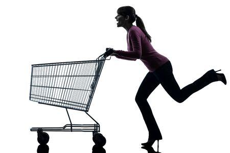 chicas comprando: una mujer cauc�sica con el carro de compras vac�o en el estudio de la silueta aislado en el fondo blanco