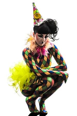 harlekijn: een blanke vrouw harlekijn circus danser-performer in silhouet studio geïsoleerd op witte achtergrond