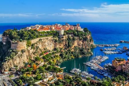 바위 프랑스의 남쪽에있는 모나코 몬테카를로의 principaute의 도시 스톡 콘텐츠