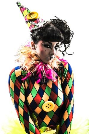 harlequin: una donna caucasica arlecchino circus performer ballerino in studio, silhouette, isolato su sfondo bianco