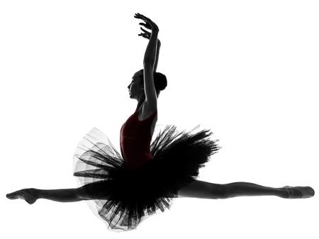 classic dance: una mujer cauc�sica joven bailarina de ballet bailarina bailando con tut� en el estudio de la silueta en el fondo blanco Foto de archivo