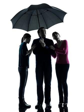 sotto la pioggia: una famiglia caucasica uomo padre madre figlia in pericolo ombrello paura in studio, silhouette, isolato su sfondo bianco Archivio Fotografico