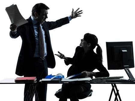 pareja enojada: una empresa caucásico hombre mujer pareja conflicto disputa en el estudio de la silueta aislado en el fondo blanco Foto de archivo