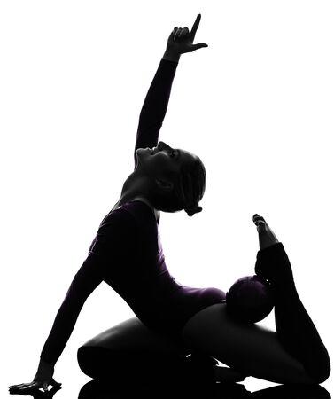 rhythmische sportgymnastik: ein caucasian Frau Aus�bung Rhythmische Gymnastik mit Ball in der Silhouette Studio isoliert auf wei�em Hintergrund Lizenzfreie Bilder