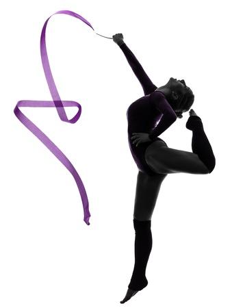 gimnasia ritmica: una mujer cauc�sica ejercicio de gimnasia r�tmica con una cinta de estudio de la silueta aislado en el fondo blanco Foto de archivo