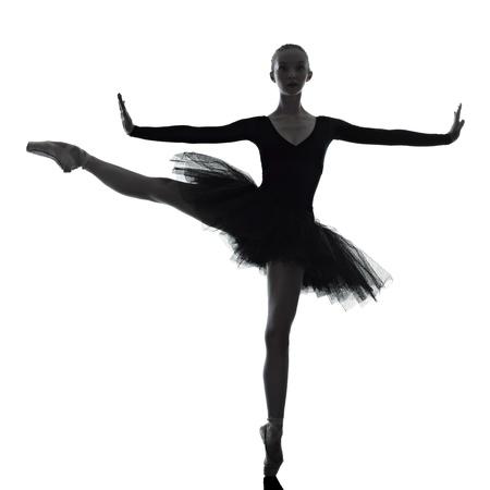 ballet: una mujer cauc�sica joven bailarina de ballet bailarina bailando con tut� en el estudio de la silueta en el fondo blanco Foto de archivo