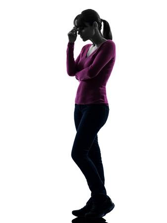 mujer pensativa: una mujer cauc�sica tristeza pensar en el estudio completo silueta longitud aislado sobre fondo blanco Foto de archivo
